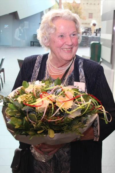 Sis Hoek-Beugeling bij de presentatie van Canon van de gemeente Emmen