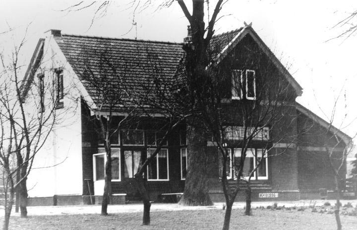 Het stationsgebouw van Valthe dat vanaf 1984 als woonhuis werd gebruikt. (Gemeentearchief Borger-Odoorn. Uit: Spitwa(a)rk, 2006, nr. 1, blz. 21.)