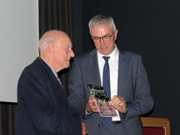 Auteur Henk Luning heeft het eerste exemplaar van het boek aan Henk Jumelet uitgereikt.