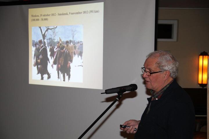 Gerben Dijkstra tijdens de lezing over Drentse soldaten in het leger van Napoleon in Odoorn op 18 januari 2016. (Foto: Roelof Hoving, Exloo)