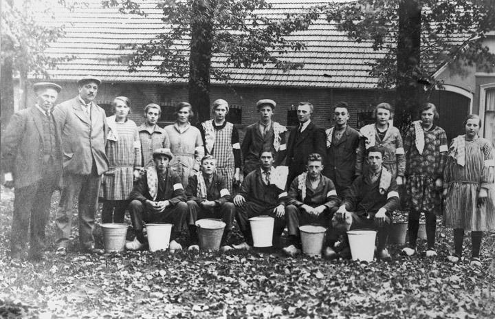 Een melkcursus in Valthe omstreeks 1930. Staand: Geert Nijenhuis sr., A.P Jongbloed (directeur Coöperatieve Zuivelfabriek Odoorn e.o), Geesje Schutrups, Minie Hermelink, Mien Oortwijn, Tien Eefting, Hendrik J. Hosting, Hendrik Oortwijn, Jan Germs, Tien Bruins, Roelfien Snoeijng en Sien Oortwijn. Zittend: Bertus Zwiers, Piet Eefting, Jurrie Hofman, Joh. Hosting, Jan Kienecker. (Gemeentearchief Borger-Odoorn. Uit: Spitwa(a)rk, 2006, nr. 2, blz. 16-17.)