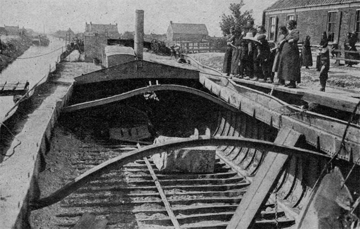 Het uitgebrande schip Jacoba Janna van Eildert Brands en Hillechien Roelfsema uit Groningen (Foto Collectie Roelof Boelens)