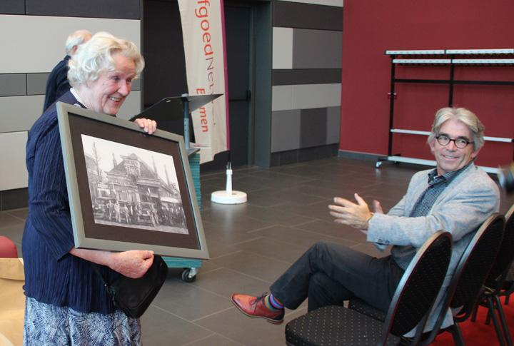 Sis Hoek-Beugeling laat de tekening van de motoren- en fietsenzaak van haar grootvader Jan Hilbrands Beugeling zien.