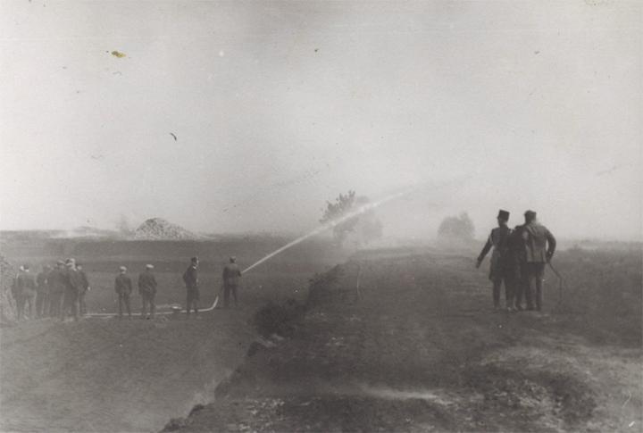 Op 22 mei en 23 mei 1917 vonden er na de grote veenbrand overal in Zuidoost-Drenthe nog bluswerkzaamheden plaats. (Foto: Collectie Roelof Boelens)