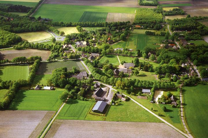 Deze luchtfoto uit het voorjaar van 2004 toont de karakteristieke losse structuur van de historische Drentse dorpen met verspreid liggende boerderijen en grote open ruimten binnen het dorp. [Foto: Spek, Het Drentse Esdorpenlandschap, blz. 374.]