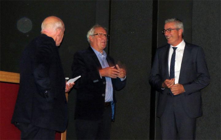 Verwelkoming van gedeputeerde Henk Jumelet. Vanaf links: auteur Henk Luning, uitgever Gerben Dijkstra en Henk Jumelet.