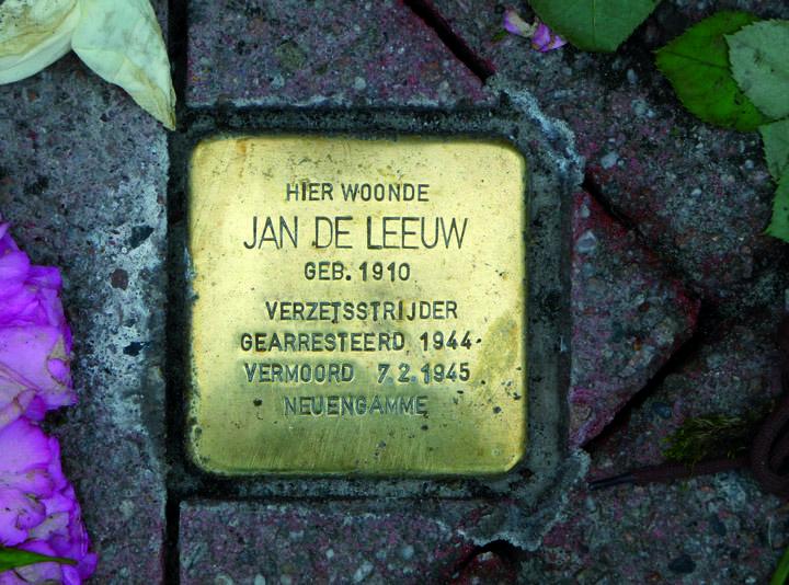 Deze struikelsteen is bij de voormalige woning van Jan de Leeuw gelegd.