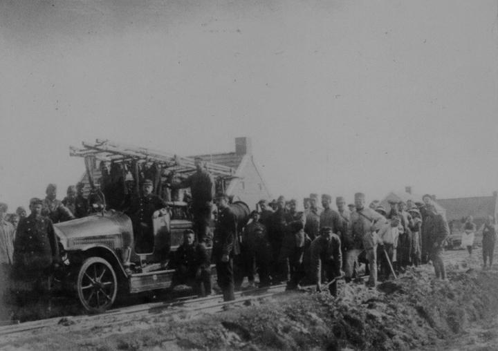 De motorspuit No. 2 van de Haagse brandweer. Op de foto vertrekt deze op 28 mei 1917 uit het Weerdingerveen op weg naar Emmer-Compascuum. (Collectie Stichting Historisch Brandweermaterieel in Den Haag)