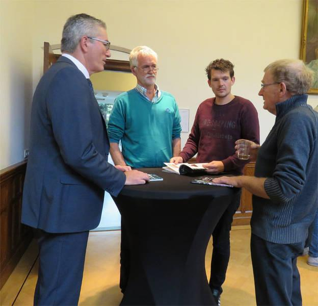 Henk Jumelet, gedeputeerde voor onder andere Landbouw & Natuur, onderhoudt zich met imkers in Drenthe, vanaf links: Roelof Broekman, Mathijs ter Bork en Lute van de Bult.