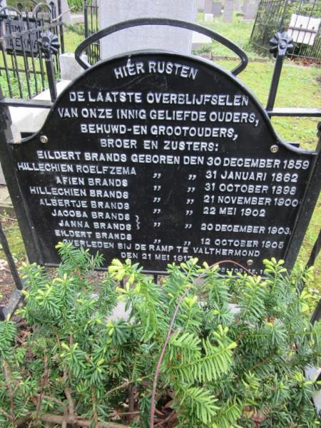 Het graf in Groningen van de omgekomen leden van de familie Brands  (Foto Piet Naber)