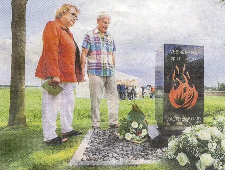 Annelies van Beelen-Rook, kleindochter van Janneke van der Lei-Vos, en haar man Henk bij het monument ter herinnering aan de veenbrand van 1917. (Foto: DvhN/Huisman Media)