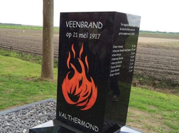 Het monument van de veenbrand in Valthermond (Foto: RTVNoord)
