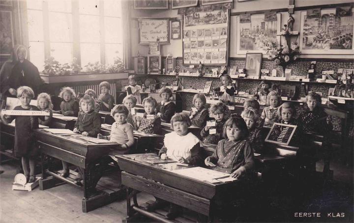 Klassenfoto, omstreeks 1923 gemaakt, van de eerste klas van de (meisjes)school in Munsterscheveld, geleid door de nonnen.