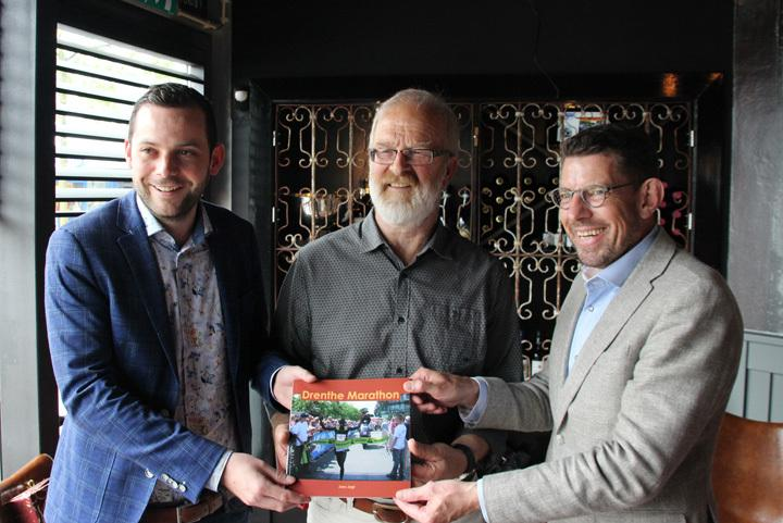 Jans Jagt samen met de wethouders René van der Weide en Bouke Arends op de foto.