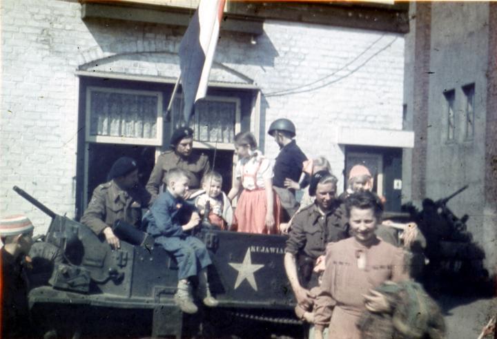 Kinderen uit Emmen met de Poolse bevrijders in april 1945.