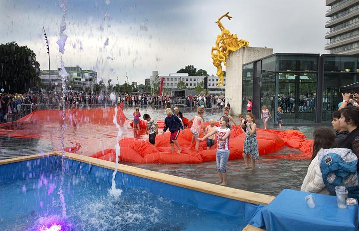 De opening van het Raadhuisplein in Emmen in de zomer van 2015 (Foto: Jan Anninga)