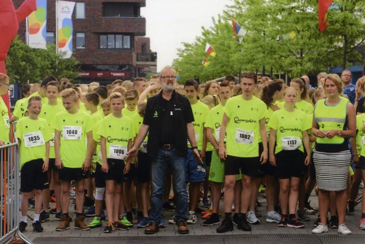 Een enthousiast deelnemersveld van het Esdal College Klazienaveen moet voor de start in toom worden gehouden.