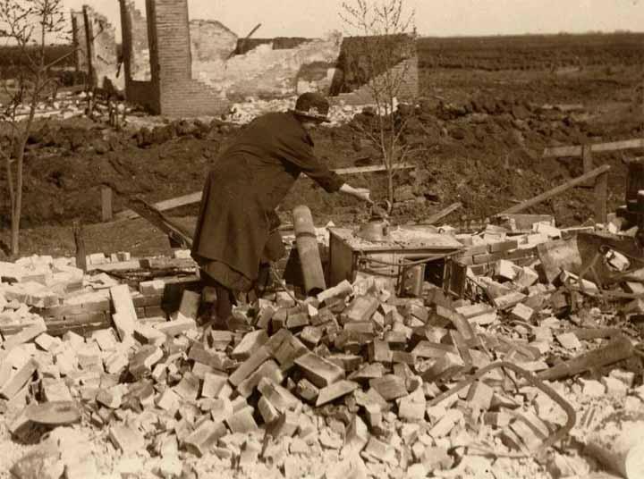In haar afgebrande woning vindt de vrouw des huizes op het fornuis nog een ketel.