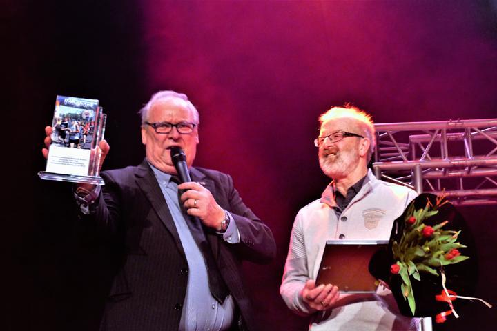 Uit handen van organisator Bennie Wolbers ontving Jans Jagt tijdens de Sportverkiezing Gemeente Emmen 2017 de Speciale Juryprijs 2017 van de gemeente Emmen.