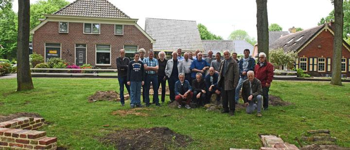 De personen op deze groepsfoto hebben letterlijk en figuurlijk hun steentje bijgedragen aan de totstandkoming van de herdenkingssteen 'Roelof Schuiling Brink'.