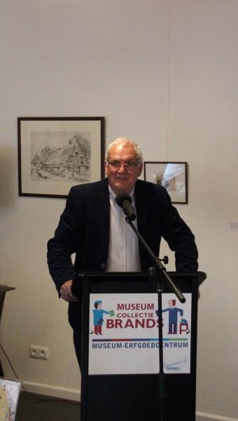 Uitgever Gerben Dijkstra opent de presentatie met een fictieverhaal over de Angelen en de Oeveren.