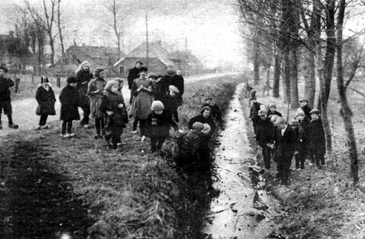 De jeugd uit Drouwen test de dikte van het ijs uit!