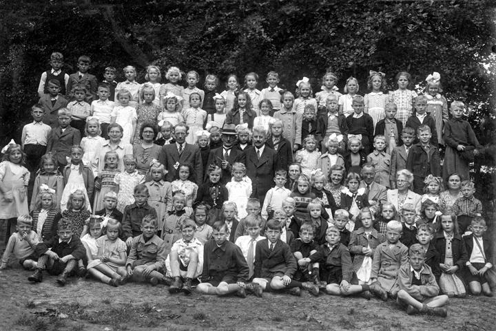 Een schoolreisje begin jaren zestig van de openbare lagere school in Borger. We zien vele bekende gezichten, onder andere van de onderwijzers Van Oosten, Uneken, Schuiling en Admiraal. Van de ouderraad onder andere mevr. Visser en Albert Wenning en verder ook mevr. Van Oosten. Hopelijk komt u nog meer bekende gezichten tegen. (Foto-archief: J. van Gerner)