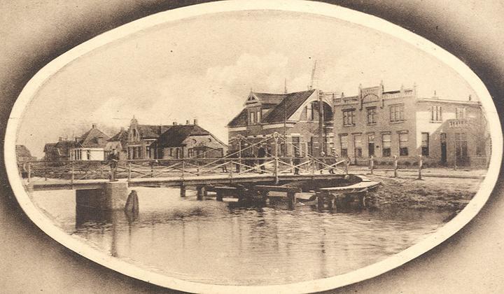 Een karakteristiek punt van Erica bij de over de Hoogeveensche Vaart bij de Havenstraat en de Pannekoekendijk. Rechts het voormalige pand van A. Veldkamp. Links daarvan staat café Beuker. (Collectie Roelof Boelens)