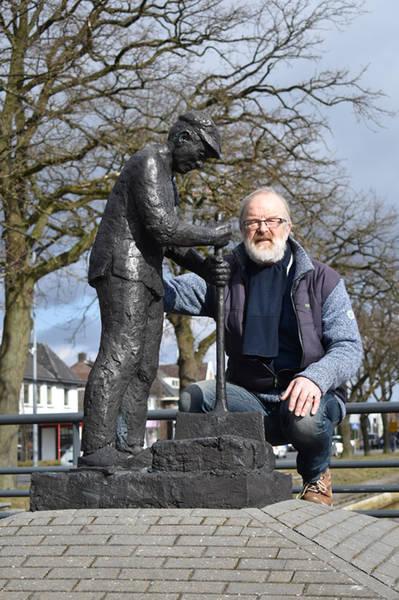 Jans Jagt bij zijn beeld De Veenarbeider