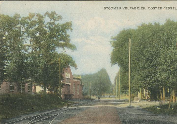 De tramlijn van en naar Assen met een deel van de verbindingsboog. Op de achtergrond de Coöperatieve Zuivelfabriek en Korenmalerij.