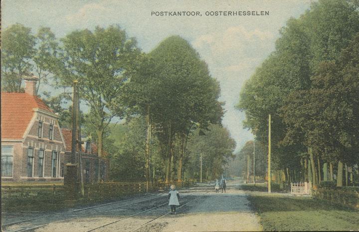 De lijn van en naar Coevorden met de wisselplaats voor het doktershuis en het voormalige postkantoor, nu Burg. de Kockstraat 36 en 38.