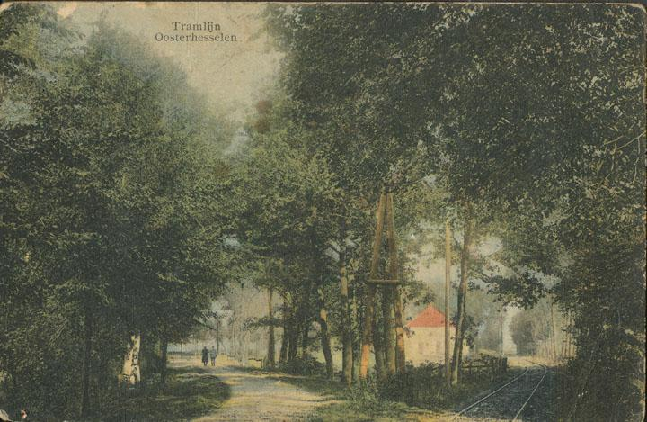 De entree van de tramlijn in Oosterhesselen vanaf Gees, links de Geeserweg en rechts de tramlijn. Op de achtergrond de boerderij van Oldenbanning/Kienecker met rood dak.