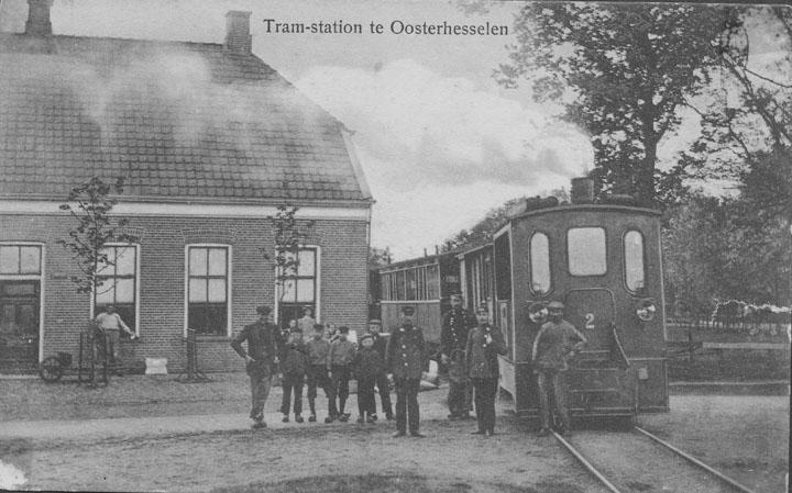 Het tramstation in Oosterhesselen aan de tramlijn Hoogeveen-Nieuw-Amsterdam. Deze foto/ansichtkaart is zeer waarschijnlijk genomen tussen 1903 en 1909, aangezien de rails van de lijn Assen-Coevorden er nog niet liggen.