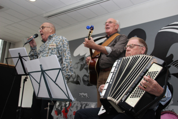 Jan de Vin zingt het door hem geschreven 't Aole Darp (melodie Green Green Grass of Home). Begeleiding: accordeon-Koos Salomons en gitaar - Bert Beudeker
