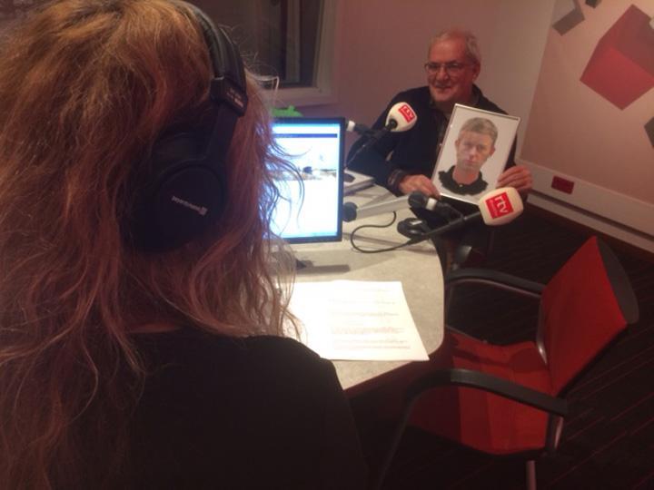 Gerben Dijkstra met het portret van Albert Geerts Oosting (compositietekening van Nahidh K. Salman) in de studio van Radio Drenthe met Sophie Timmer voor het radioprogramma DrentheToen van 22 januari 2017.