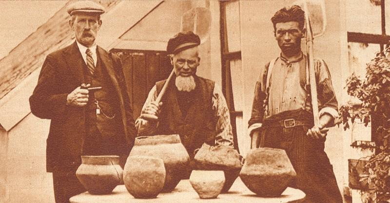 Arent Middelveld toont samen met Otterloo (links) en zijn zoon in 1935 zijn collectie gevonden urnen.