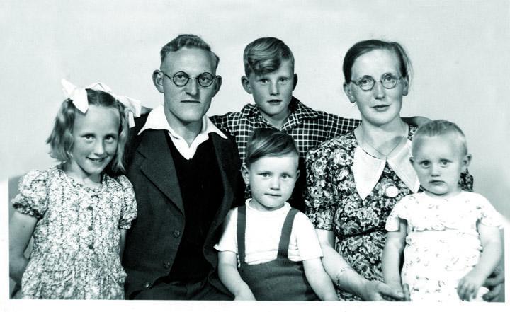 De laatste foto van het complete gezin, gemaakt in de zomer van 1944. Vanaf links: Alice, vader Jan, Koos op de achtergrond en Ger op de voorgrond, moeder Grietje en Ria. Janny Margriet was toen nog niet geboren.