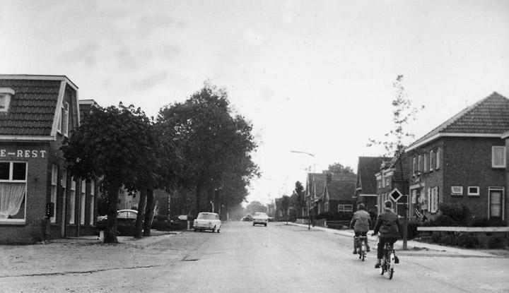 De Hoofdstraat van Valthe (jaren '60) in westelijke richting laat duidelijk het lineaire karakter van dit deel van het dorp zien. Links ziet u café-restaurant Valthe. (Collectie R. Hoving. Uit: Spitwa(a)rk, 2006, nr. 3, blz. 8.)