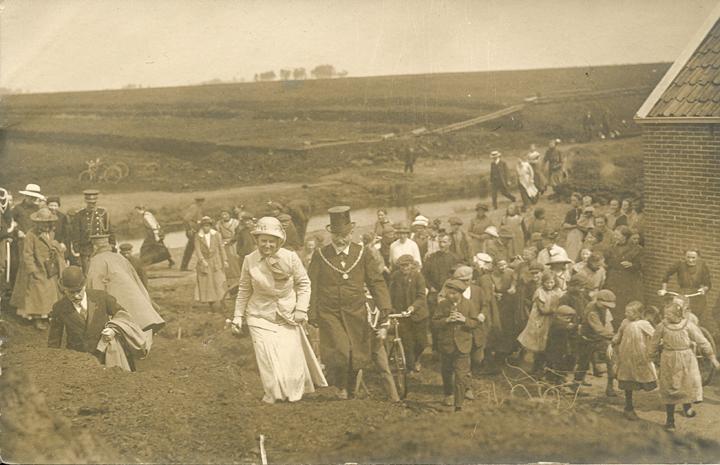 Koningin Wilhelmina bezoekt het rampgebied. Rechts van haar burgemeester Albert Vriend van Odoorn. (Collectie Roelof Boelens)