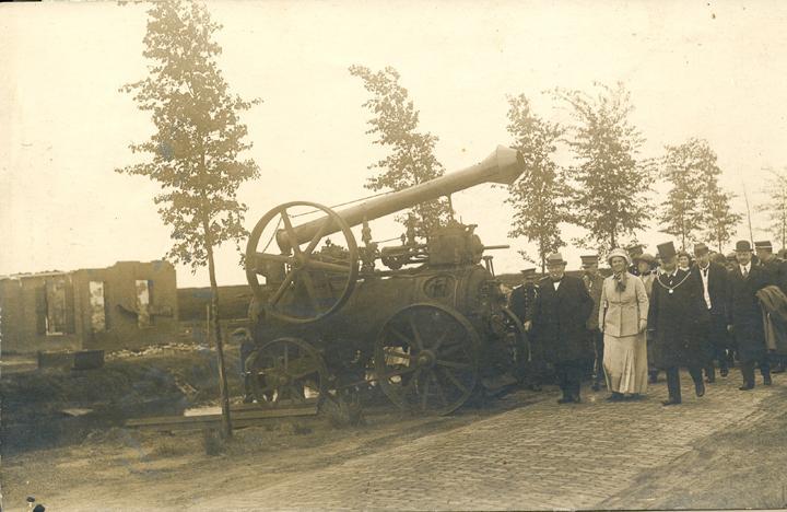 Het gezelschap met onder andere koningin Wilhelmina en burgemeester Albert Vriend van Odoorn lopen hier langs een locomobiel. Volgens het opschrift op de foto zou deze locomobiel de oorzaak van de brand in Valthermond zijn. (Collectie Roelof Boelens)