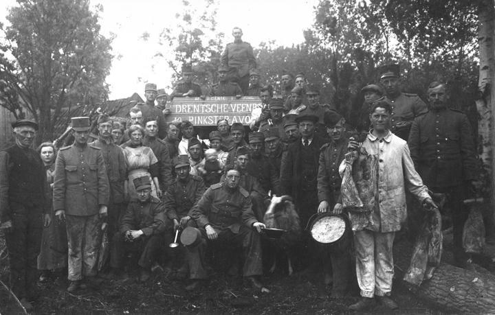 Geniesoldaten hielpen in het Weerdingerveen mee met het bluswerk. (Collectie Gemeente Archief Emmen)