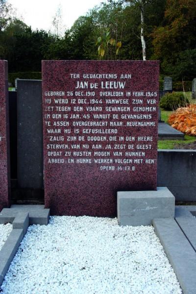De grafsteen ter nagedachtenis aan Jan de Leeuw op de begraafplaats Westerbork.