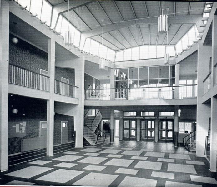 De hal van de Christelijke HBS aan de Baander in Emmen (1955). Het gebouw was zowel van binnen als van buiten kenmerkend door de wijze, waarop architect Arno Nicolaï het na-oorlogse Emmen verrijkte met een groot aantal mooie gebouwen.