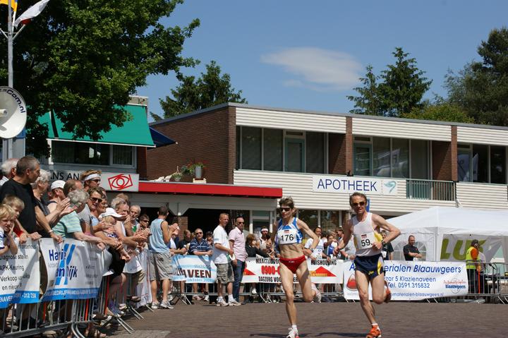 Koploopster damesmarathon Joanna Chmiel (Polen) en haar partner/haas Jacek Lenart tijdens 26ste Drenthe Marathon in 2009. Joanna won deze editie in een tijd van 2.45.22.