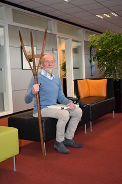 Jan Oosting wacht met de hooivork voor de kamer van burgemeester drs. E. van Oosterhout.