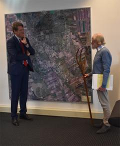 Jan Oosting vertelt burgemeester Van Oosterhout, waarom hij het boek Het dierenpark van mijn vader heeft geschreven.