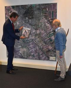 Burgemeester Eric van Oosterhout toont het eerste exemplaar van het boek Het dierenpark van mijn vader
