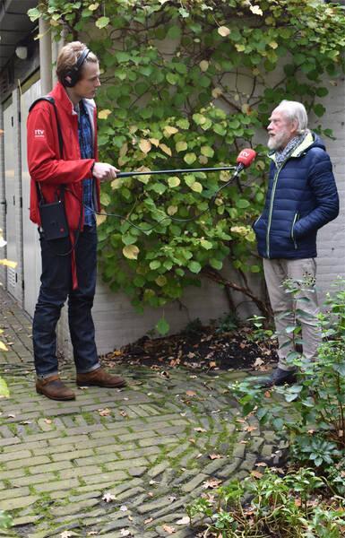 Jan Oosting wordt in het Rensenpark door Robbert Oosting van Radio Drenthe geïnterviewd.