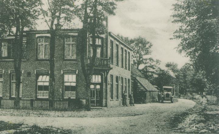 Na de verbouwing van het logement van Geert Kuiper in Hooghalen in 1914. Het achterhuis is hetzelfde gebleven. De zijgevel van het woonhuis is ook intact gebleven. Het voorhuis werd vervangen en kreeg een bovenverdieping met vijf gastenkamers.