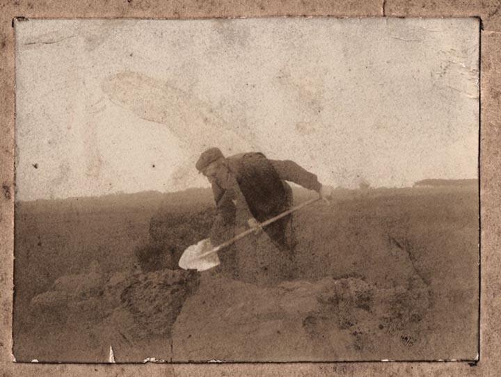 Op de achterkant van deze foto staat geschreven: Geert Kuiper, Hooghalen graaft URNEN op te Diependal achter Hijken (Gem. Beilen) ±1905.